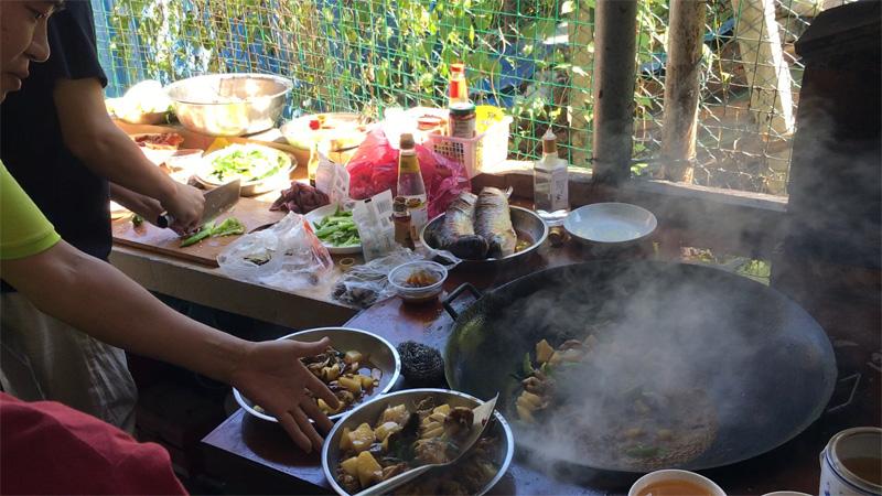 团队分工合作烹饪美食